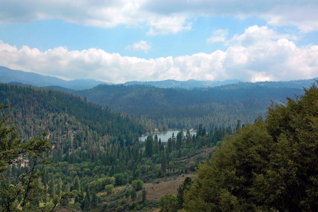 Blick hinab auf den Hume Lake