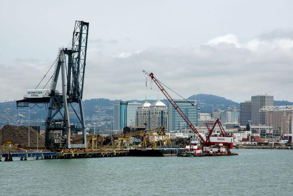 Downtown Oakland mit seinen Hochhäusern taucht hinter dem Hafen auf