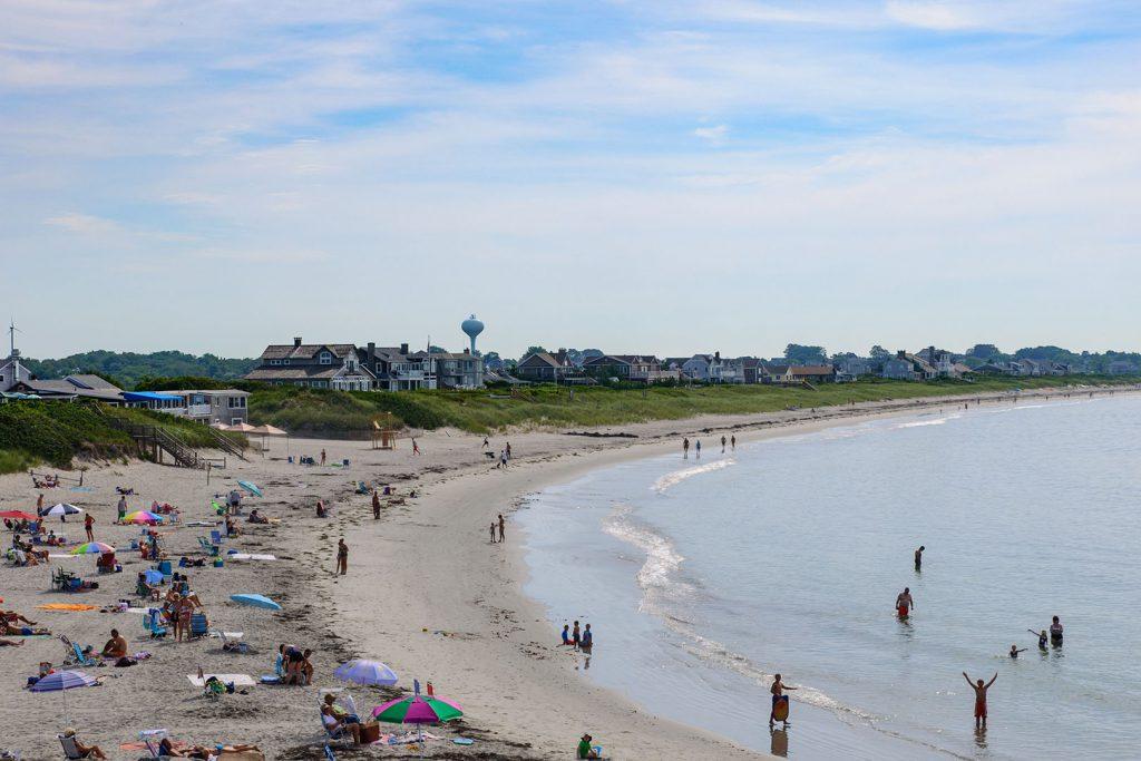 An der Hafenausfahrt liegt der öffentlichen Strand (Roger W. Wheeler State Beach)