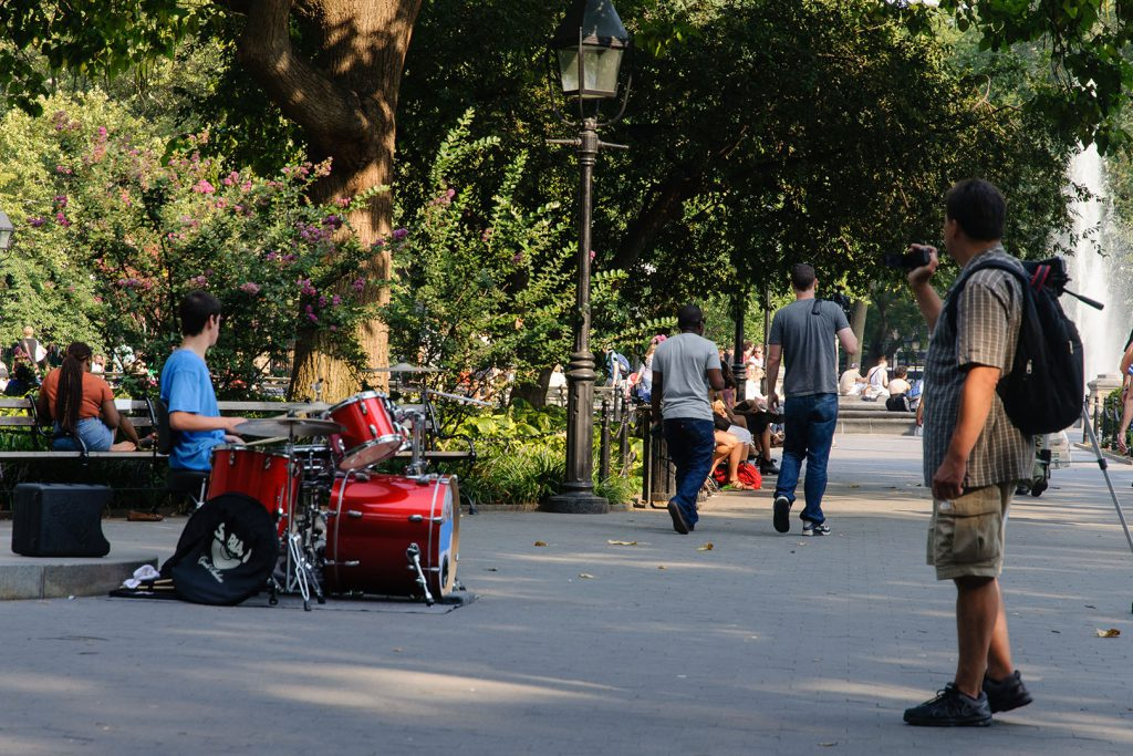 Ein Schlagzeuger übt im Park